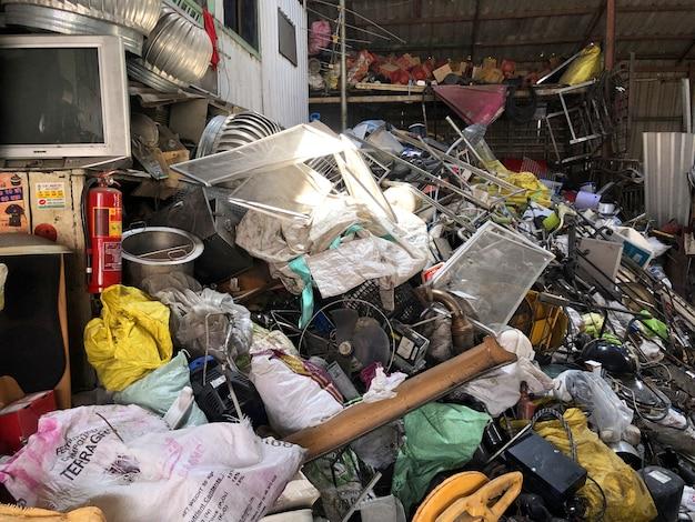 タイから廃棄物を購入する店は、所有者のためにたくさんのお金を稼ぐことができます。