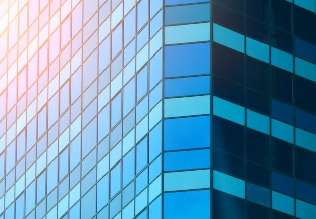 青いモダンな建物のクローズアップ。