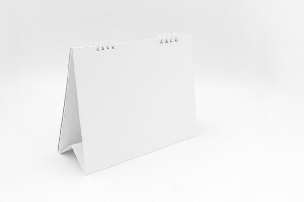 白い背景の上の卓上カレンダー