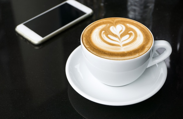 Чашки кофе латте арт на черном столе