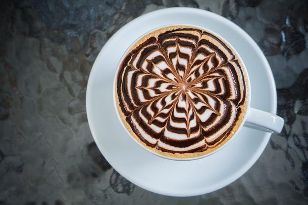 テーブルの上のモカコーヒーのカップ