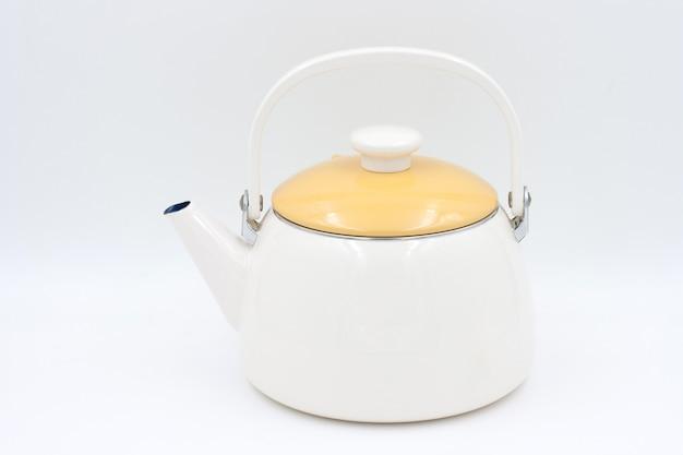 Чайник, изолированный на белом фоне