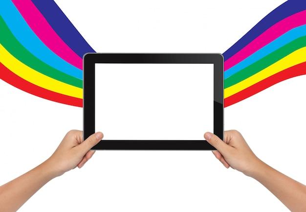 Женская рука держит планшетный пк на цветном фоне
