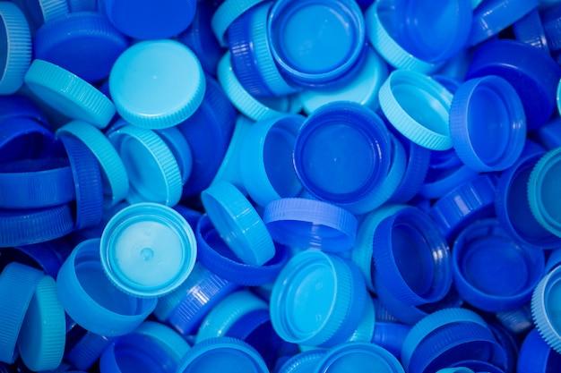 Пластиковая крышка, оставшаяся от бутылок, собирается для переработки в другие предметы для повторного использования.