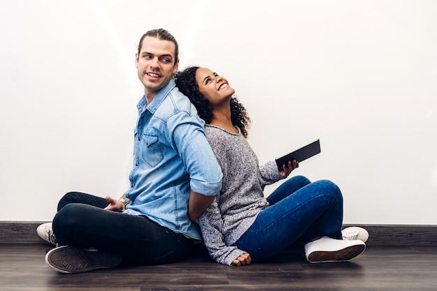 Два друга отдыхают вместе используют технологию смартфона