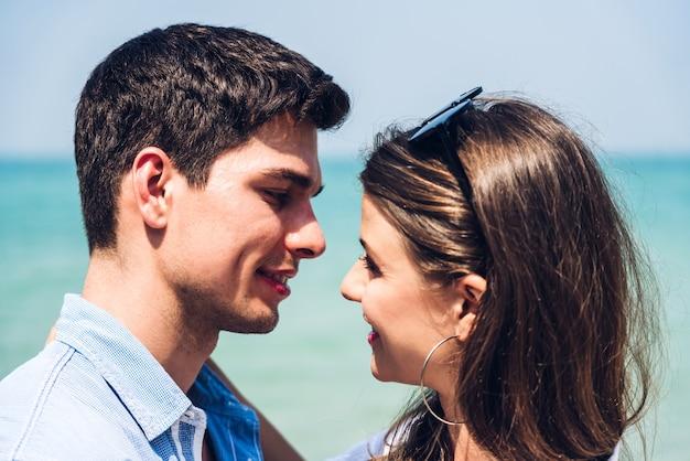 Романтическая влюбленная пара отдыхает вместе на тропическом пляже
