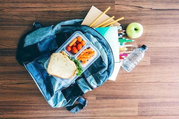 野菜とパンのスライスのランチボックス