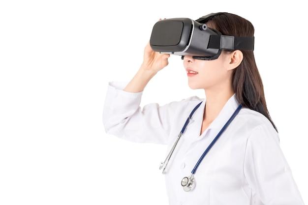女性の医師は、バーチャルリアリティの眼鏡を楽しんで、白い背景に