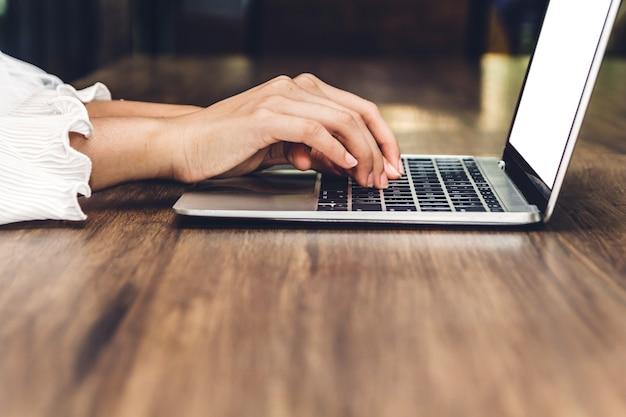 女性、リラックスして、デジタルラップトップコンピュータを使用する