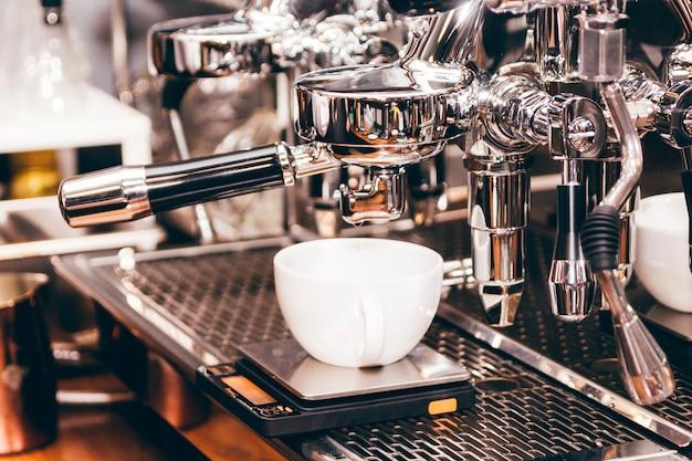 Кофе-машина для приготовления кофе в кафе