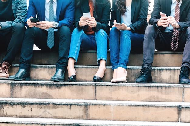 Группа деловых людей используют технологии вместе смартфона