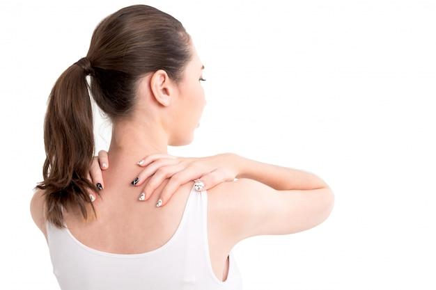 白い背景で隔離の首の痛みから苦しんでいる女性