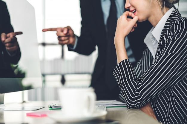 Успешный из двух случайных бизнес обсуждения и работы с настольным компьютером. творческие бизнесмены планирования и мозговой штурм в современном офисе. концепция совместной работы