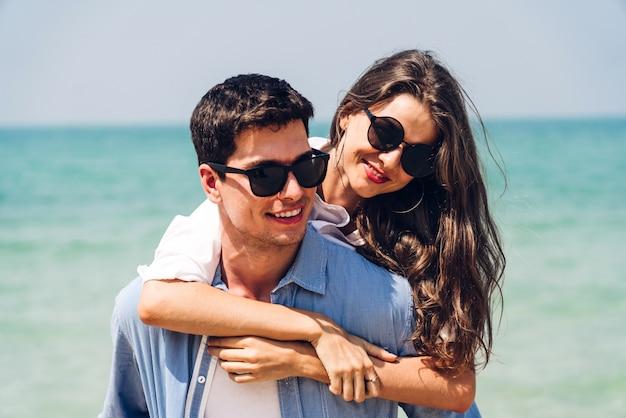 Романтические любовники молодая пара вместе отдохнуть на тропическом пляже.