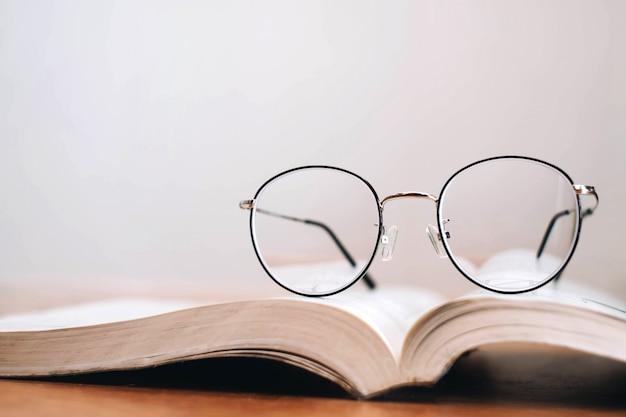 本の薄いフレームメガネを読む