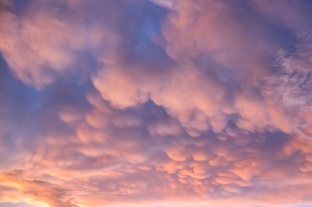 夕焼けの空のマンマタス雲。パウチのパターンは雷雲雨雲を雷鳴する。