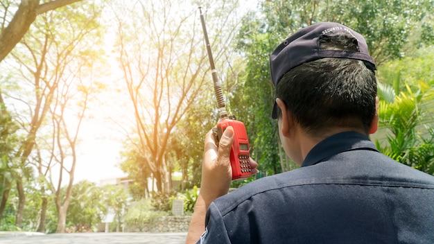 屋外で働いているセキュリティのクローズアップ