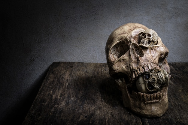 Абстрактное лицо четыре черепа.