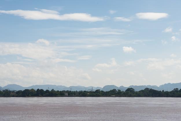 Река меконг и гора в лаосе