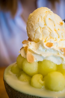 メロンボールの半分のアイスクリーム。ビングス