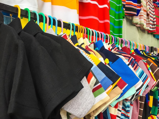 多くの服が掛かっている