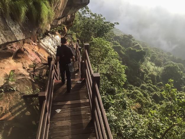 木製の橋の崖の端