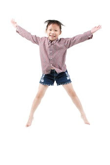 白で隔離ジャンプ幸せの小さなアジア子供の肖像画