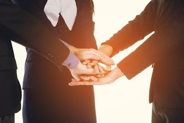 ビジネスマンやビジネスウーマンの手を握って