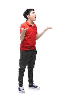 怒っている少年は白で隔離されます。
