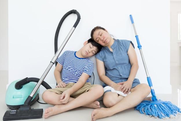 幸せなアジアの家族が部屋をきれいにする。