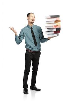 Азиатский мужчина открыл рот, одетый в формальных износа с книгами.