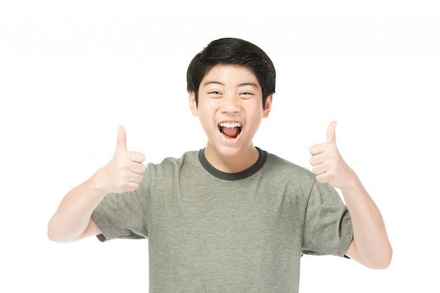 Азиатский возбужденный мальчик в зеленой рубашке, давая палец вверх.