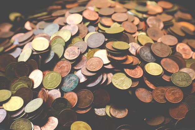 黄金のコイン、銀のコイン、銅のコインの山。