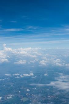 美しい土地の上の雲