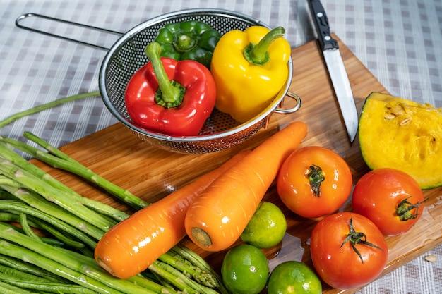 果物や野菜を洗う。