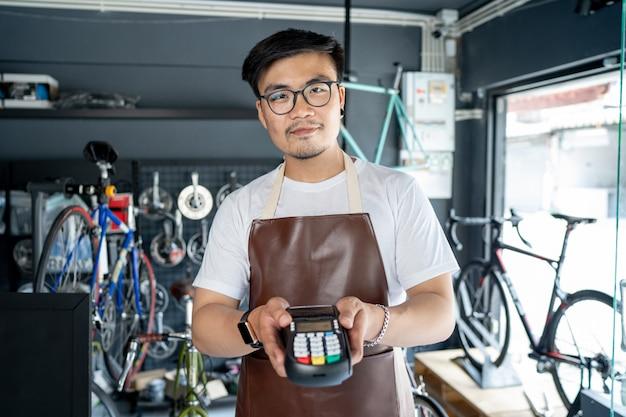 Владелец магазина велосипедов этот магазин является малым бизнесом. которые принимают оплату кредитной картой