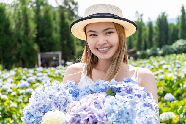 Азиатские красивые женщины в области гортензии