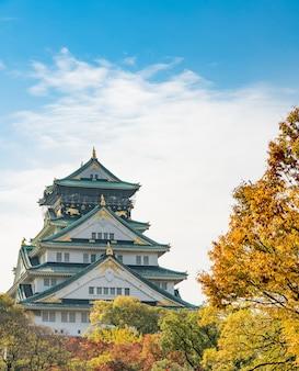 日本の観光客のために秋に大阪城のランドマーク。