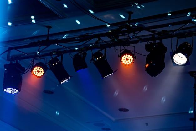 屋内パーティーホールでビーム光、白い光が美しいです。
