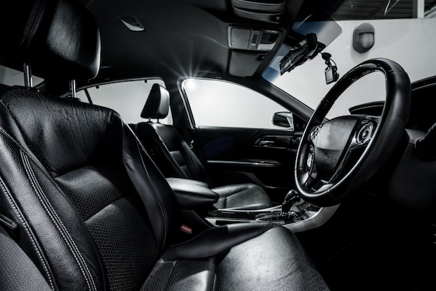 Чистая консоль современного автомобиля, черный дизайн интерьера.