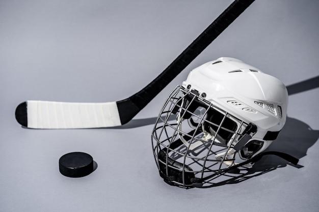 Хоккейная клюшка на белом фоне