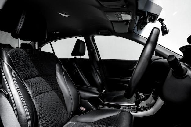 きれいなコンソール現代車、黒い室内デザイン。
