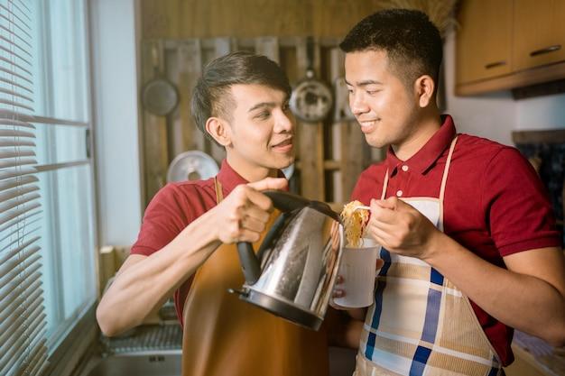 Мужская гомосексуальная пара готовит чашку лапши быстрого приготовления