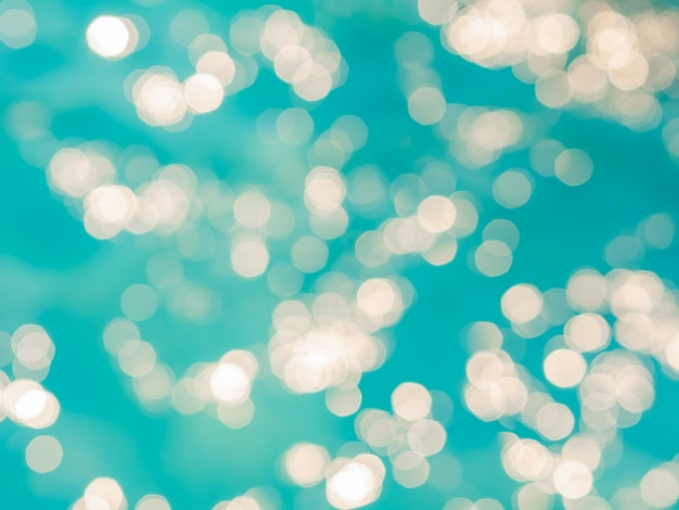 抽象的な青い空を背景にぼかしボケ光効果
