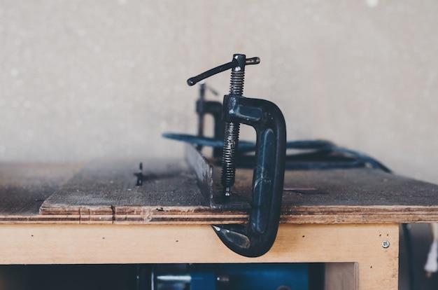 木製の机の上の職人の道具装置
