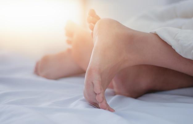 Размытые ноги вид пары ноги двух любовник в постели