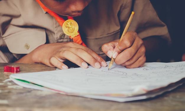 Азиатский сельский студент интерес готовность бегло рабочий учебник запиши свою домашнюю работу