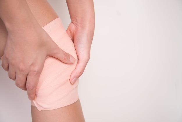 Женщина с руками, боль в колене