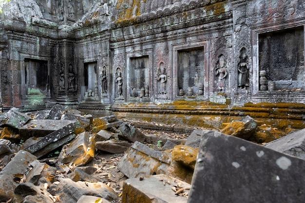 アンコールワット、カンボジアの寺院の壁に石の彫刻