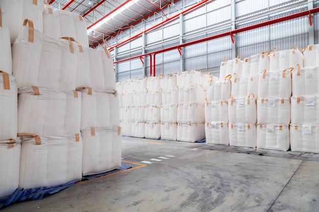 ジャンボバッグでのバルク貨物の積み重ねは倉庫に保管されています。